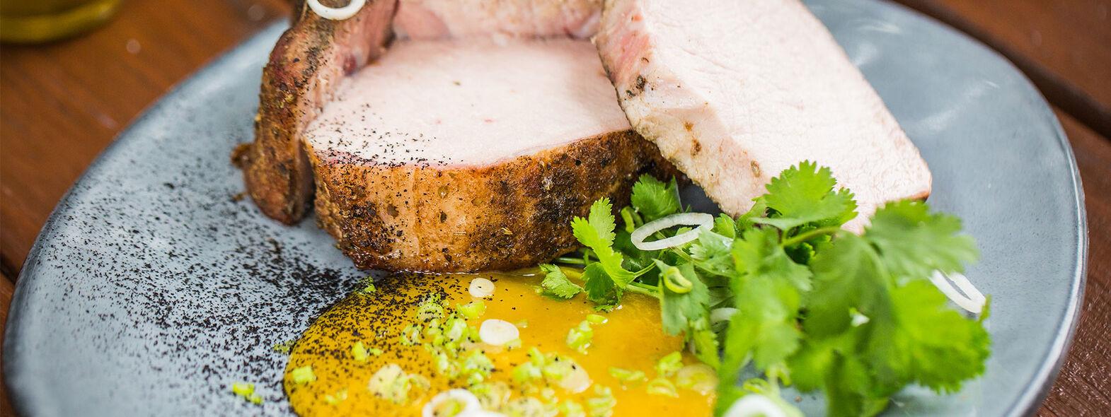 Chuleta de Cerdo Ahumada con Salsa de Mango